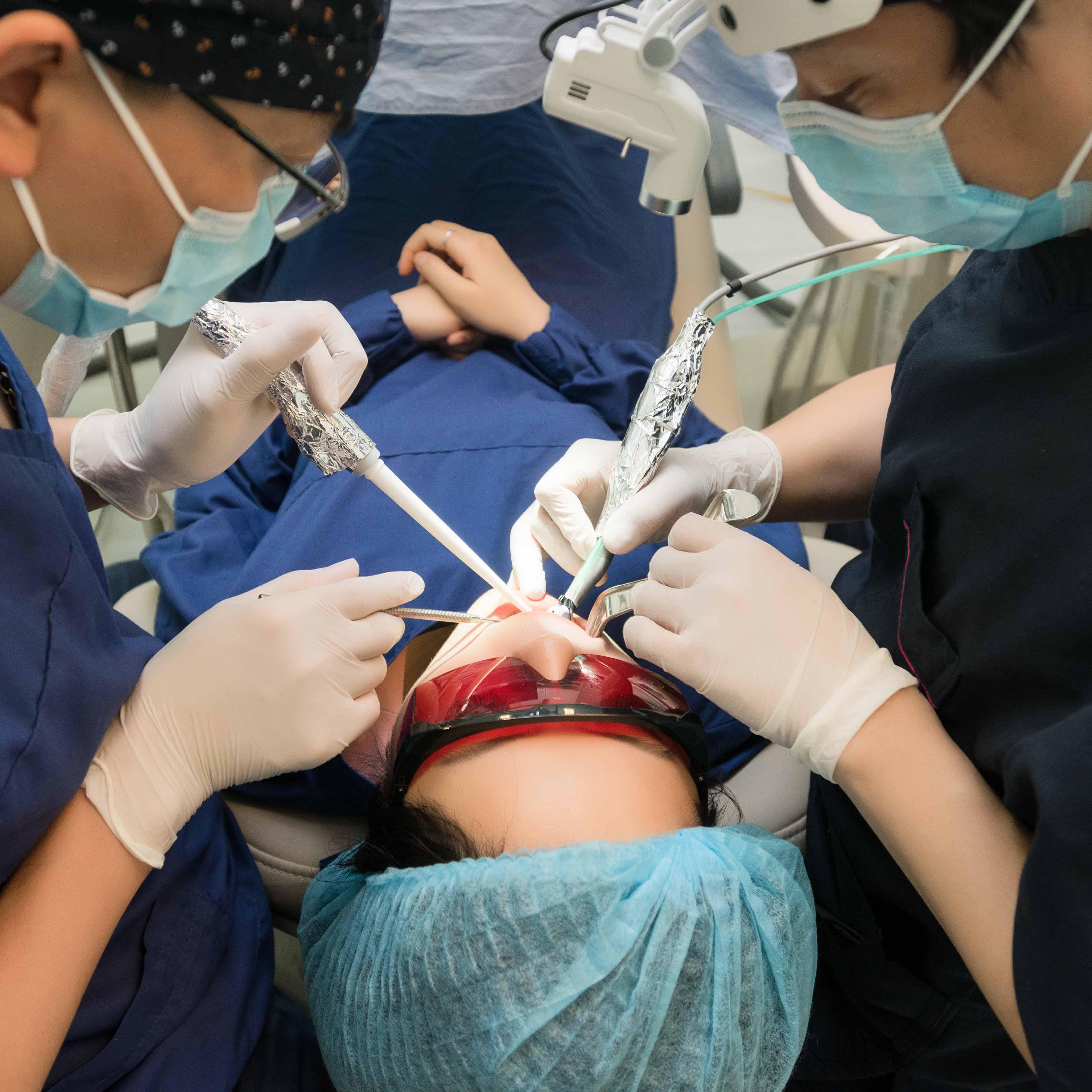 Thực hiện phẫu thuật nha chu tại Nha khoa Dr.Lee